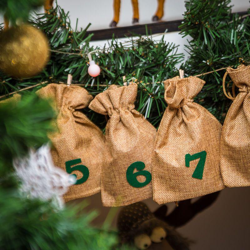 Adventskalender Jutesäckchen 13 x 18 cm - hellbraun + grüne Zahlen